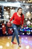 Mujer joven feliz lanzando bola de bowling club — Foto de Stock
