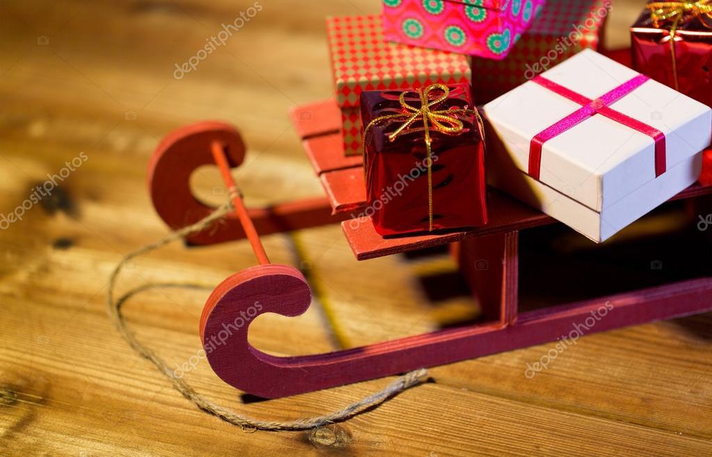 나무 썰매에 크리스마스 선물 상자 닫습니다 — 스톡 사진 © Syda ...