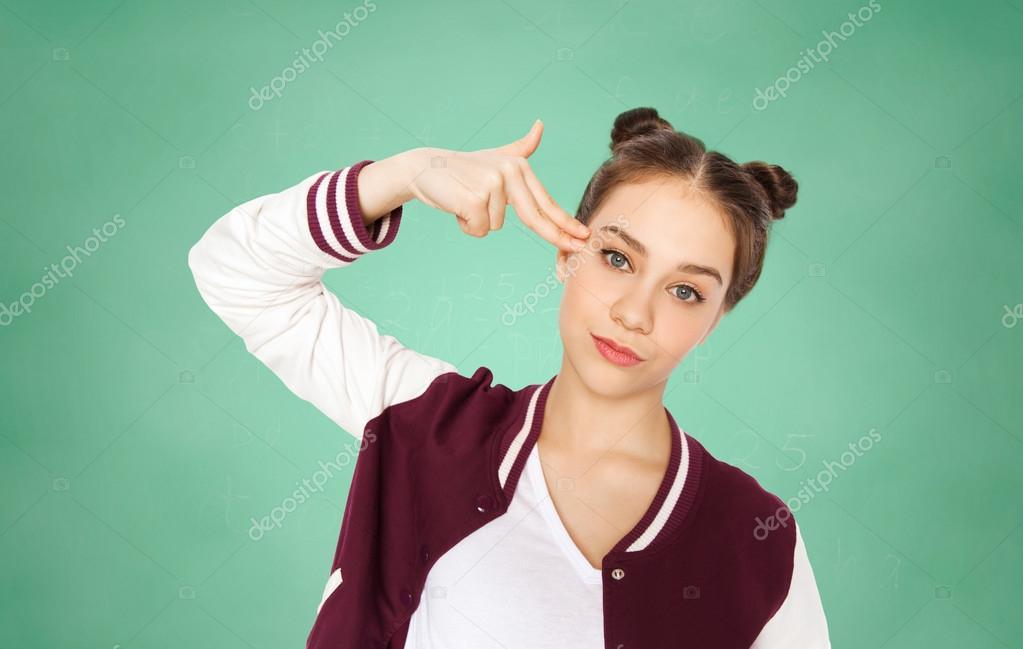 девушка имитирует миннет на пальце
