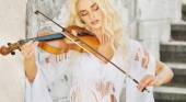 Focused woman playing the violin — Stock Photo