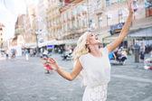 快乐的女人在打泡沫 — 图库照片