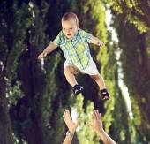 Dad tossing his little kid — Stock Photo