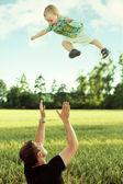 Pai brincando com seu filho — Fotografia Stock
