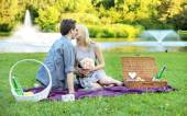 Young couple on the romantic date in the park — Stock Photo