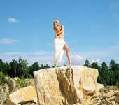 Blonde posing on the giant rock — Stock Photo