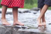 Children soaking feet in a brook — Stok fotoğraf