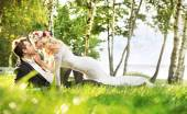 Just married couple relaxing on the meadow — ストック写真