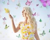 Attractive delicate blonde playing with butterflies — Stockfoto