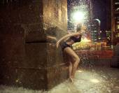 Fit woman making a figure in a fountain — Foto de Stock