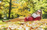 Woman enjouing the golden autumn — Stock Photo