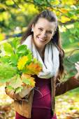 Pretty mother holding bouquet of leaves — Stock Photo
