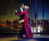 Couple dancing on the top of the skyscraper — Stock Photo