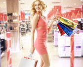Beautiful woman in the shopping mall — Stock Photo