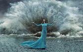 Lockande, elegant kvinna över sand & vatten stormen — Stockfoto