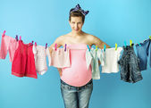 Pretty pregnant mom doing the laundry — Stock Photo