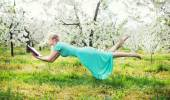Adorable woman levitating during book reading — Stockfoto
