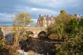 Old Bushmills village, bridge and river, Northern Ireland — Stock Photo
