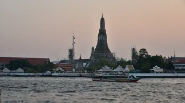 Time lapse of sunset sky with Wat Arun and Chao Phra Ya river, Bangkok, Thailand (Day to night scene) — Stock Video