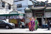 Chinese opera actors walking across the street to offering Shrine of the Black Sea — Stok fotoğraf