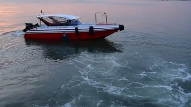 Speed boat floating for go out from jetty — Stock Video