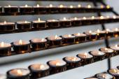 Righe di candele accese — Foto Stock