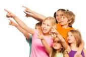 šest legrační děti ukazovat prstem — Stock fotografie