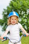 自転車を持つ少女 — ストック写真