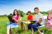 Kids drawing on clipboards outside — Stock Photo
