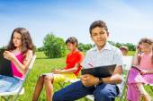 Children drawing on clipboards outside — Stock Photo