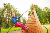 Funny girl climbs by rope — Stock Photo