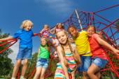 Muchos niños pararse en cuerdas rojas — Foto de Stock