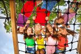 Dzieci wyglądają jednak siatki plac zabaw dla dzieci — Zdjęcie stockowe