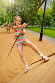 Dziewczyna wspina się na konstrukcji drewnianej — Zdjęcie stockowe