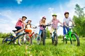 Children hold their bikes — ストック写真