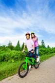 Pojke och flicka ridning cykel — Stockfoto