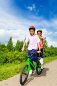 Dva šťastné chlapci, jízdě na kole — Stock fotografie