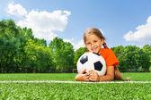 幸せな女の子ホールディング ボール — ストック写真