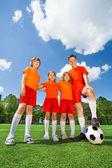 Crianças de diferente altura com bola — Fotografia Stock