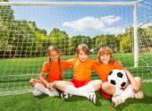 Enfants souriants avec ballon — Photo