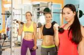 Tre unga kvinnor i fitness-klubben — Stockfoto