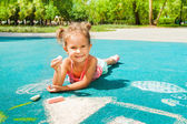 Little girl play with chalk — Stockfoto