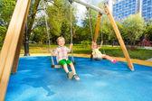 Balanceando en el parque — Foto de Stock