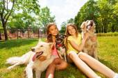 Two teenage girls with dogs — Stock Photo