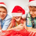 Kids in Santa hats lying on floor — Stock Photo #60426275