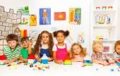Счастливые дети, играющие с красочными блоками — Стоковое фото