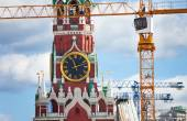 Kremlin clock with construction cranes — Zdjęcie stockowe