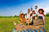 男孩和女孩在海盗服装 — 图库照片