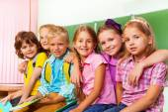 Grupp barn står och kram — Stockfoto