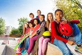 Друзья, сидящие со скейтбордами — Стоковое фото