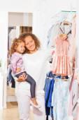 女孩与母亲在服装店 — 图库照片